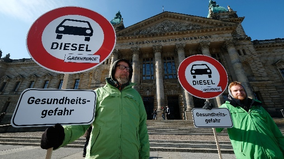 Umweltaktivisten stehen mit Schildern vor dem Bundesverwaltungsgericht.Fahrverbotefür Dieselfahrzeuge in besonders belasteten deutschen Städten können ein rechtlich zulässiges Mittel sein, um Luftreinhaltepläne einzuhalten.