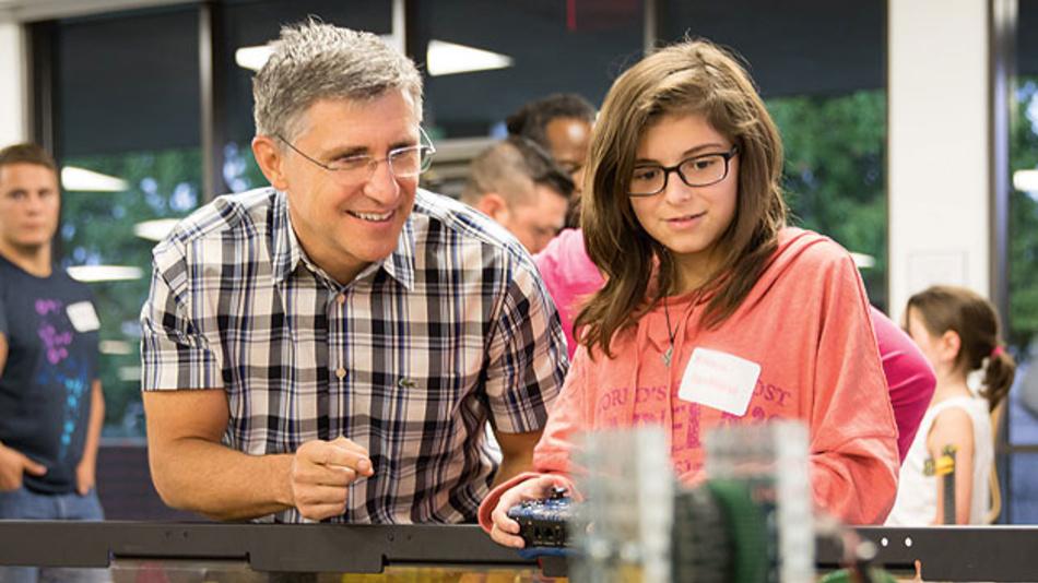 Bild 1. Peter Balyta verbringt viele Wochenenden auf Robotik-Wettbewerben, um den Kindern das Interesse an Technik nahezubringen.