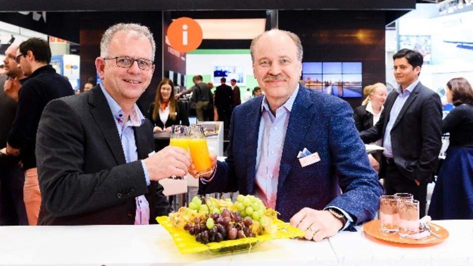 Gerd Lammer, Gründer und Inhaber von Real-Time Systems (li.) und Congatec-CEO Jason Carlson stoßen auf die gemeinsame Zukunft an.
