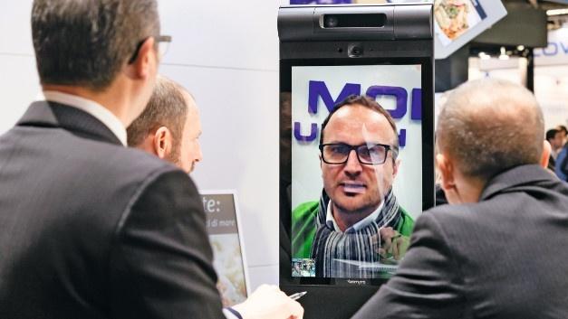 Ein entfernter Mitarbeiter nimmt per Telepräsenzroboter an einem Meeting teil.
