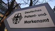 Ein Wegweiser am Eingang zum Hinterhof des Deutschen Patentamts.