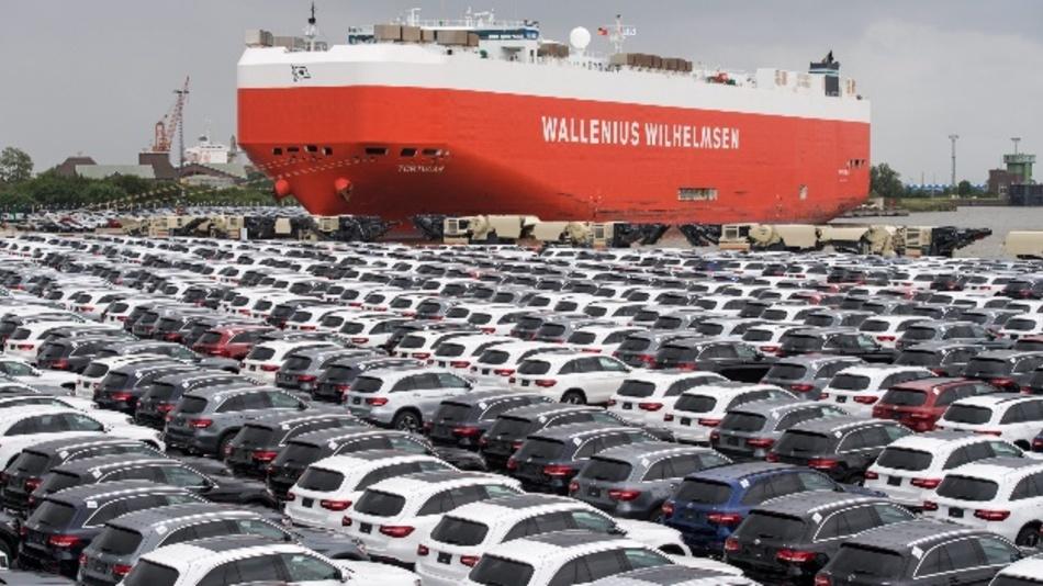 Neuwagen von Mercedes-Benz stehen auf dem Autoterminal der BLG Logistics Group in Bremerhaven (Bremen). Mit angedrohten Strafzöllen auf Importe europäischer Autos hat US PräsidentTrumpden transatlantischen Handelsstreit weiter angeheizt. Zuvor hatte der US-Präsident bereits hohe Einfuhrzölle auf Stahl und Aluminium angekündigt.