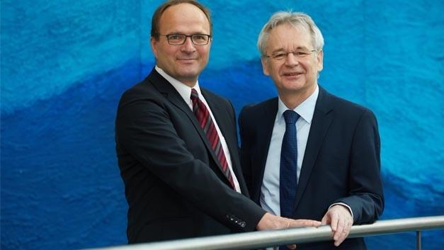 Prof. Dr.-Ing. Axel Sikora (links) tritt die Nachfolge von Prof. Dr.-Ing. Matthias Sturm im Ausstellerbeirat und der embedded world Conference an.