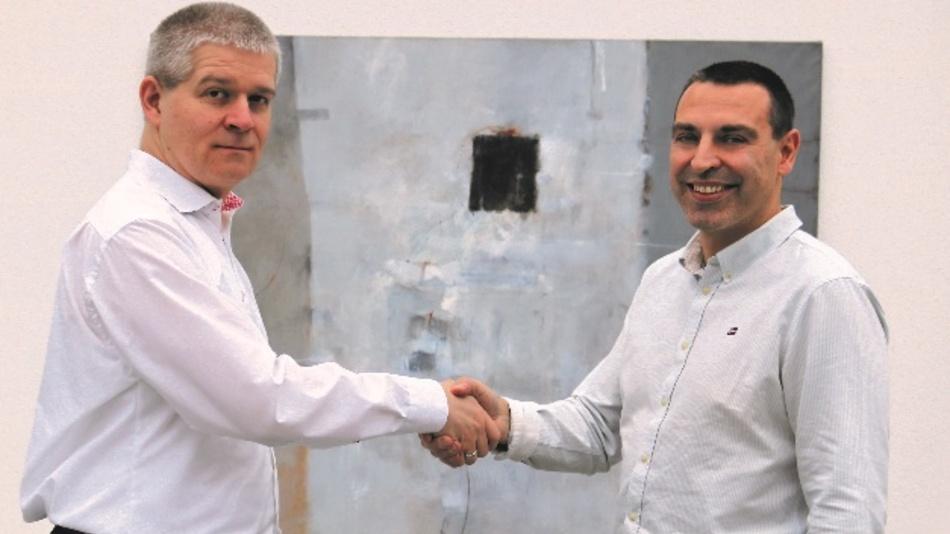 Falko Neubert, CTO Endrich (links) beglückwünscht Peter Trosien, CEO Faytech AG, zu der geschlossenen Vereinbarung