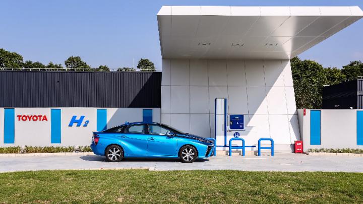 Toyota Mirai vor der »TMEC Hydrogen Station« im chinesischen Changshu High Tech Industrial Park.