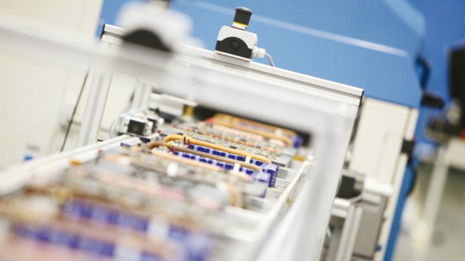 Um selbst kleinste Bauteile exakt zu löten, gewinnt in der Elektronikproduktion  die Miniwellentechnologie an Bedeutung