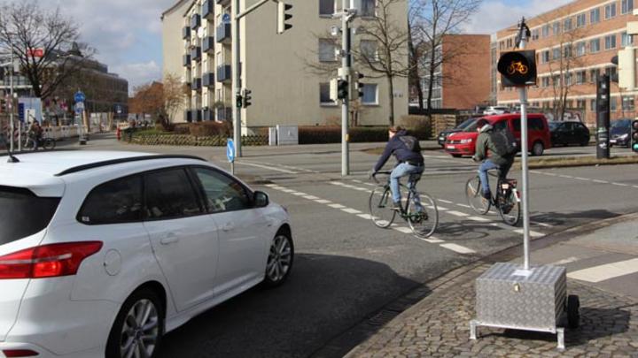 Das Amber Light, das das DLR ab 12.3.18 in Braunschweig testet, warnt Autofahrer, bevor sich ihr Weg mit Radfahrern kreuzt und löst nur in kritischen Situationen aus.