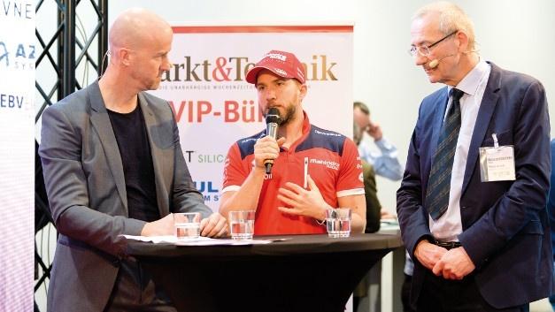 embedded world 2018: Der erfolgreiche Rennfahrere Nick Heidfeld sprach auf der Markt&Technik-VIP-Bühne mit Matthäus Hose (links), Verlagsleiter der WEKA Fachmedien, und Heinz Arnold (rechts), Editor-at-Large der Markt&Technik über Formel E, Formel 1, Playstation und Fußball.