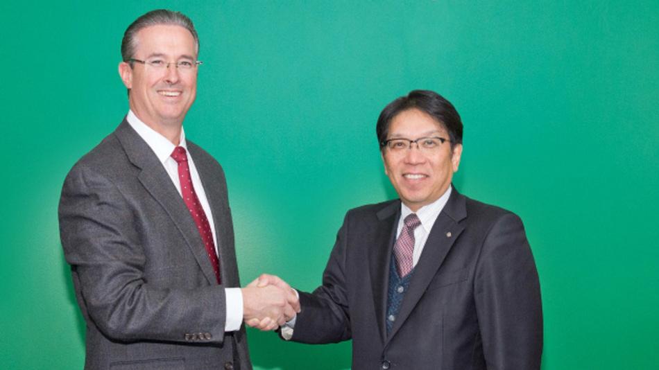 Kenneth Lane und Shigeru Takaragi bei der Vereinbarung zur Gründung von BASF Toda America LLC.