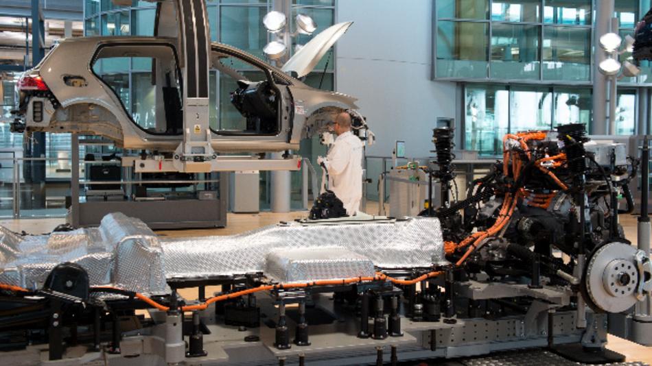 Produktion des Volkswagen E-Golf in der Gläsernen VW-Manufaktur in Dresden (Sachsen).