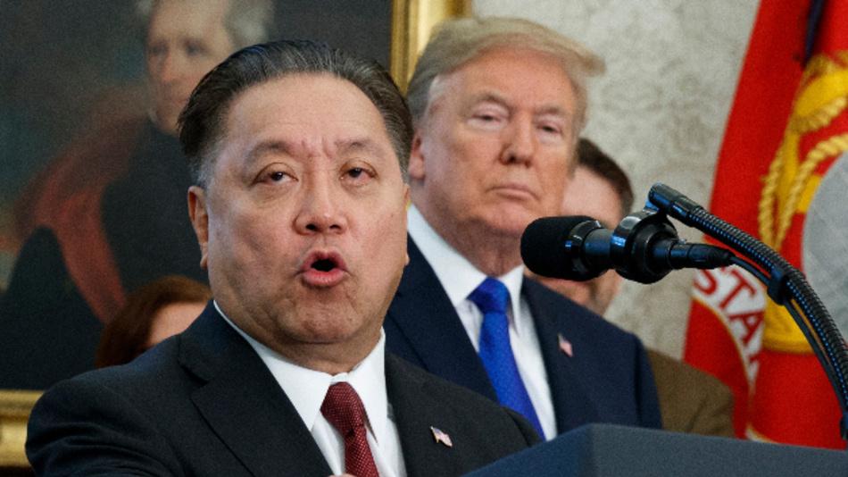 Hier hört US-Präsident Donald Trump Hock Tan, dem CEO von Broadcom, spricht auf einer Veranstaltung im Weißen Haus in Washington noch wohlgelaunt zu. Jetzt hat er die geplante 146- Milliarden-Dollar Übernahme von Qualcomm gestoppt, weil er dadurch die nationalen Sicherheit der USA gefährdet sieht.
