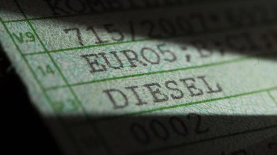Diesel und Euro5 auf einer Zulassungsbescheinigung Teil 1 eines VW T5. Wie soll der Kampf gegen schmutzige Luft weitergehen? Verbraucherschützer dringen deshalb auf einen schnellen zweiten Dieselgipfel.
