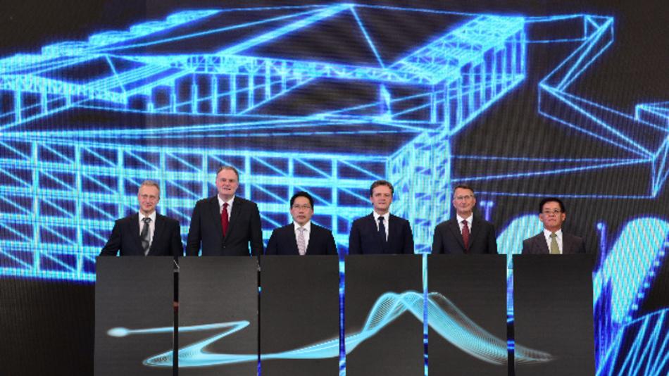 Andreas Lettner, Michael Grewe, Dr. Uttama Savanayana, Markus Schäfer, H.E. Peter Prügel und Veerachai Chaochankij kündigen den Bau einer Batteriefabrik und die Erweiterung der Pkw-Produktion in Thailand an.