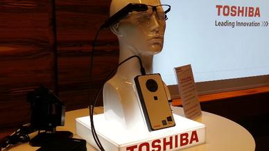Der PC »dynaEdge DE-100« und die Assisted-Reality-Brille »Assisted Reality AR100 Viewer« von Toshiba bilden eine komplette Edge-Computing-Lösung.