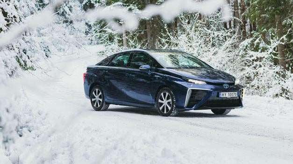 Wasserstoffbasierte Brennstoffzellenfahrzeuge wie der Toyota Mirai, der seit Anfang des Jahres auch in Kanada verfügbar ist, haben ähnliche Reichweiten wie konventionell angetriebene Fahrzeuge. Auch der Tankvorgang dauert nicht wesentlich länger.
