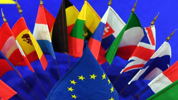 Flaggen der Mitgliedsstaaten der EU und die EU-Flagge.