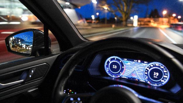 Ein Auto fährt auf der geplanten Teststrecke für automatisiertes Fahren im Stadtverkehr von Friedrichshafen.