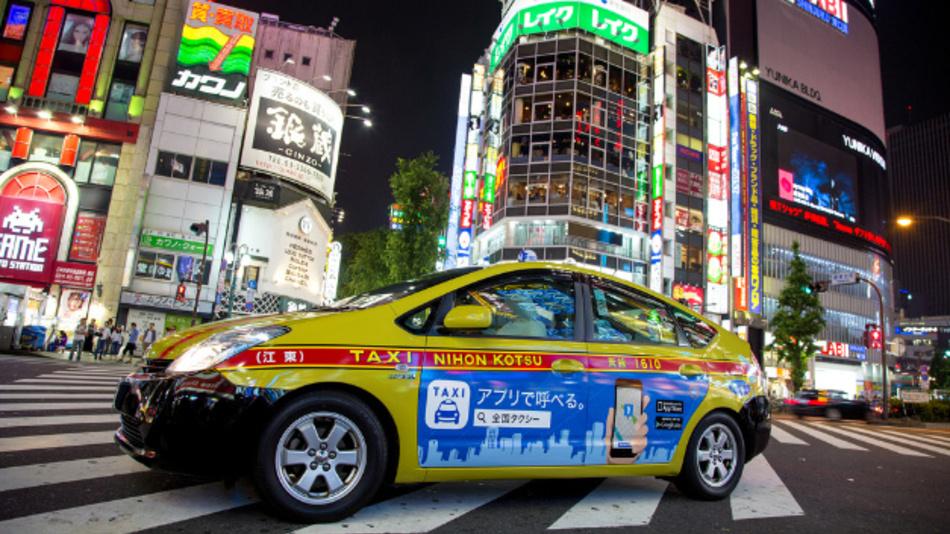 Ein Toyota Prius als Taxi abends in Shinjuku, Tokyo (Japan).