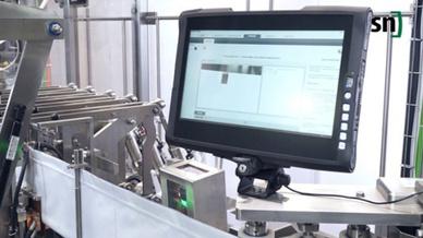 Druckmarkenvermessung in der Form-, Füll- und Verschließmaschine FMH 80 von SN Maschinenbau – mit zusätzlichem Edelstahlgehäuse und Visualisierung auf einem Industrie-Tablet