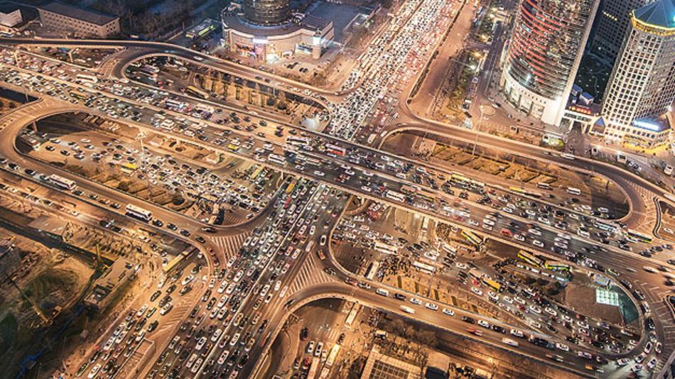 Bild 1. Für eine erhöhte Verkehrssicherheit sollen Fahrzeuge künftig Informationen über Gefahrensituationen, Unfälle, Staus und die allgemeine Verkehrslage untereinander austauschen.