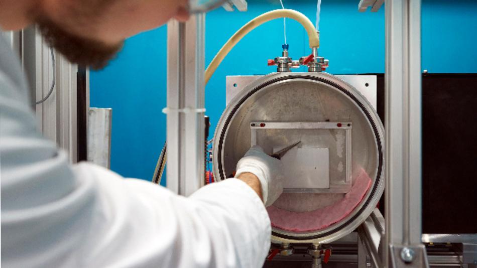Montage einer Akku-Zelle im Instrument ANTARES des FRM II.