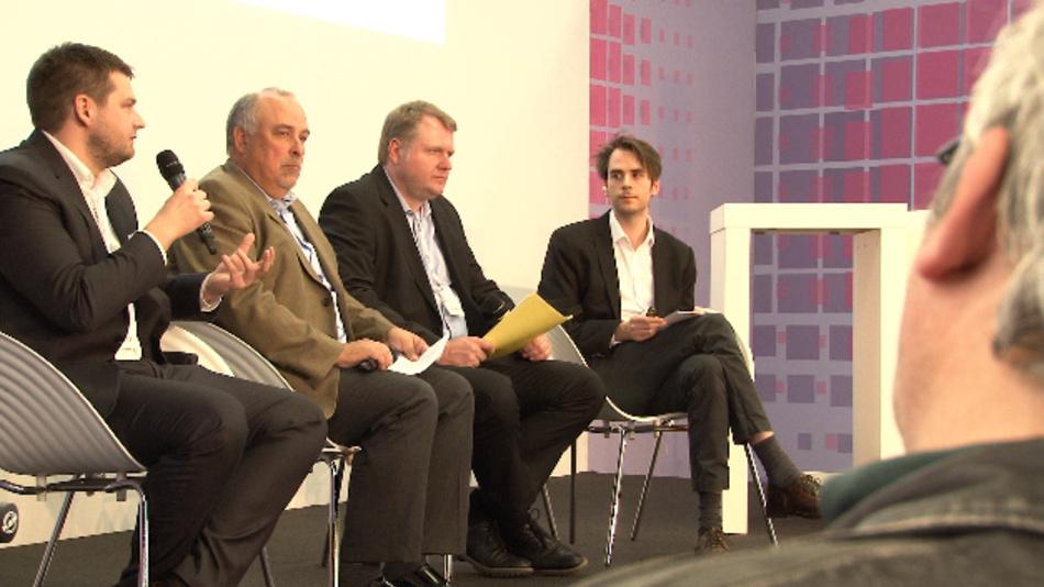 Christian Guß (The MathWorks), Jürgen Jäger (Cadence) und Timo Giesselmann (Bosch Sensortec) diskutieren mit Dr. Constantin Tomaras (DESIGN&ELEKTRONIK) über den Komplexitätsgrad moderner Embedded-Elektronik