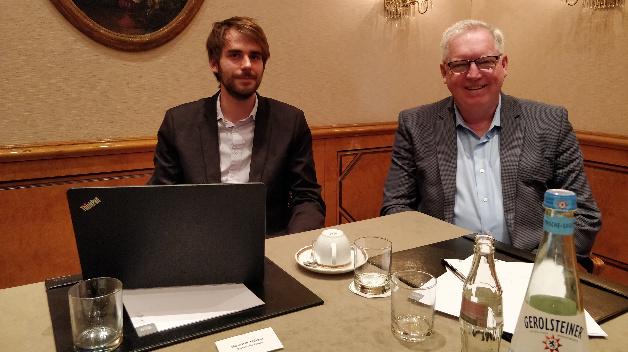 Tektronix' CEO Pat Byrne (rechts) und DESIGN&ELEKTRONIK-Ressortredakteur Dr. Constantin Tomaras sprechen über die Evolution der Messtechnik unter konvergierender Miniaturisierung.