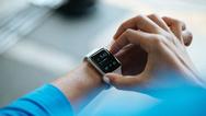 Smart Watches werden – anders als beispielsweise Hörgeräte – über die Daumenkraft kontrolliert.