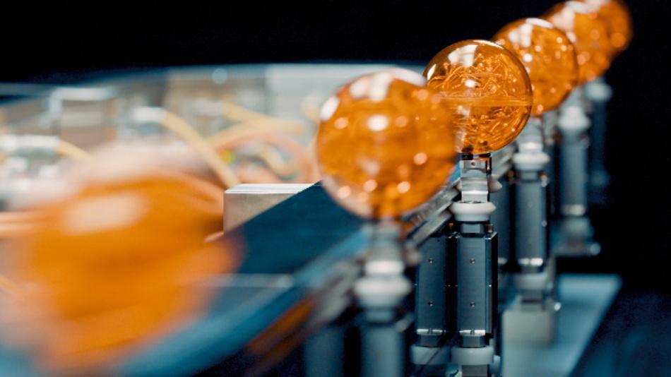 Mit APOCOStrak von B&R lassen sich Produktströme trennen und wieder zusammenführen – und das in Hochgeschwindigkeit.