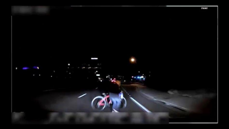Das von der Polizei Tempe herausgegebene Bild aus einem Video, das eine fest installierte Kamera aufgenommen hat, zeigt den Moment kurz bevor ein selbstfahrendes Auto von Uber eine Frau anfährt.