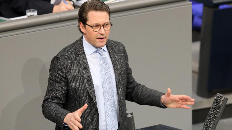 Bundesverkehrsminister Andreas Scheuer spricht im Deutschen Bundestag während der Debatte um Verkehr und digitale Infrastruktur.