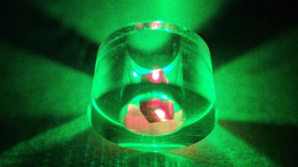 Um eine Maserwirkung zu erzielen, wurde ein Diamant in einem Saphirring platziert und mit grünem Licht eines Lasers bestrahlt. Der Diamant erscheint aufgrund der Fluoreszenz nach Anregung rot.