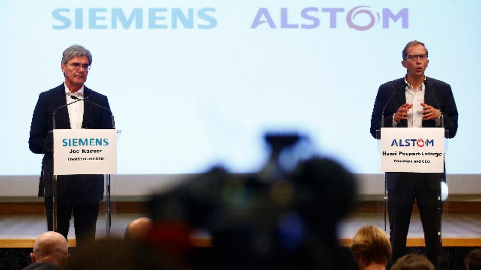 Der Geschäftsführer von Alstom Henri Poupart-Lafarge (r) und der Geschäftsführer von Siemens Joe Kaeser haben im September 2017 in Paris die Fusion der Zughersteller auf einer Pressekonferenz angekündigt.