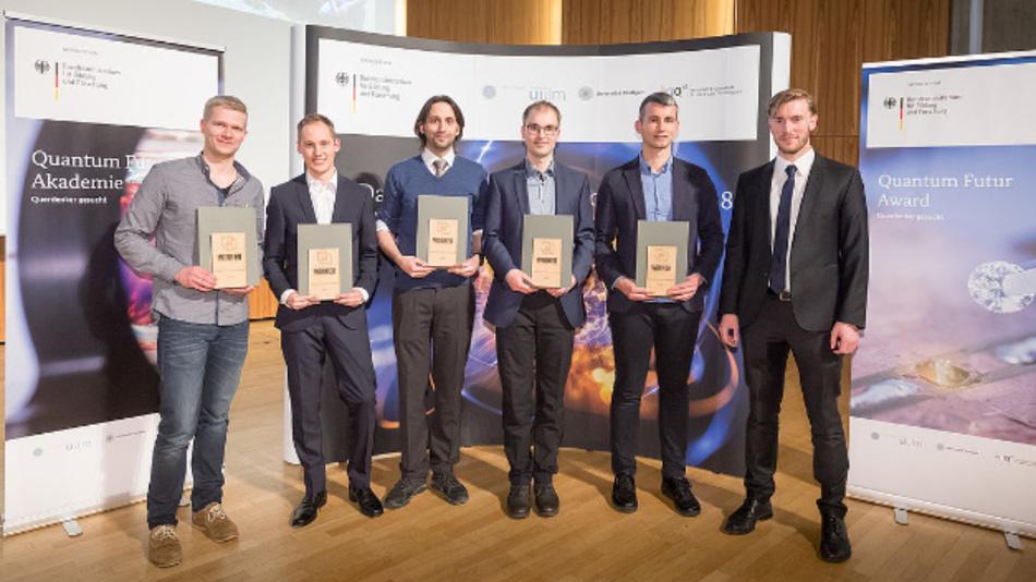 Quantum Futur-Award Gewinner v.l.n.r.: Benedikt Tratzmiller, Sven Bodenstedt, Carsten Robens, Felix Stürner, Daniel Riedel, Benedikt Weiler (BMBF).