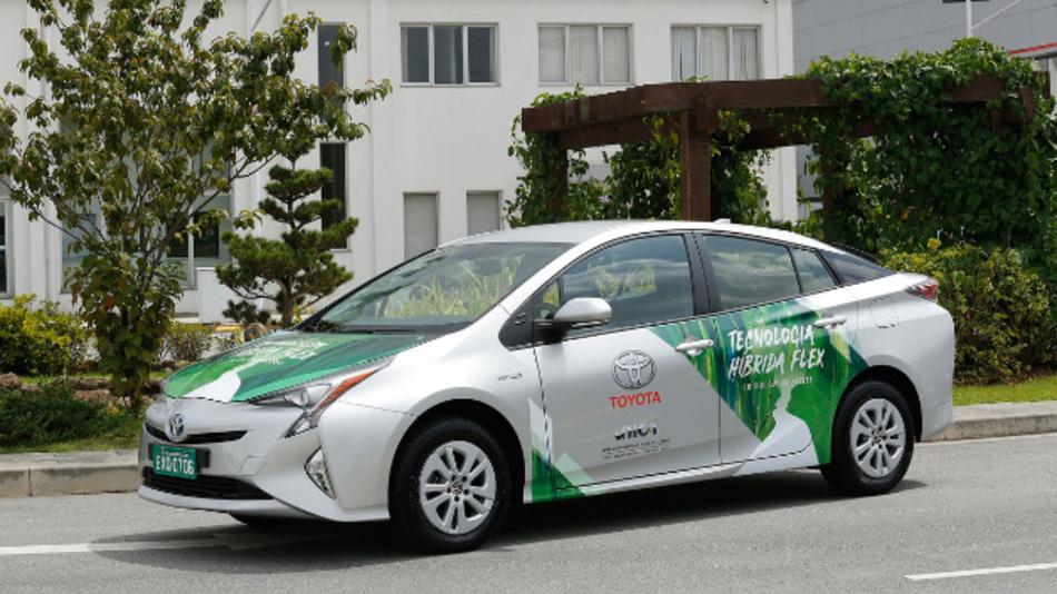 Der Prototyp des »Flex Fuel«-Hybridmodells auf Basis des Toyota Prius.