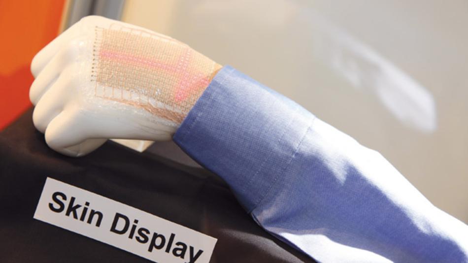 Biosensor und Display in einem: Gedruckte Elektronik in Form von Sensoren nimmt Vitaldaten des Patienten auf und visualisiert sie gut in Form eines flexiblen Displays direkt am Patienten. Der Einsatz ist denkbar in der Notfallversorgung ebenso wie für den Aufenthalt im Krankenhaus oder die Pflege und Überwachung des Patienten in der Nachversorgung zu Hause