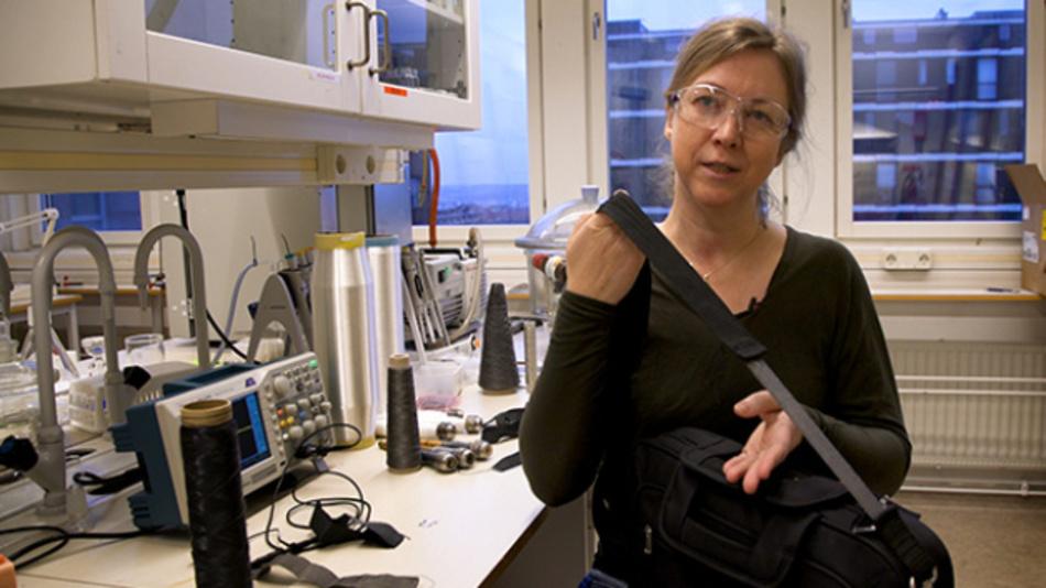 Die Forscherin Anja Lund hat ein Gewebe entwickelt, das bei Dehnung oder Druckbelastung durch den piezoelektrischen Effekt Strom erzeugt.