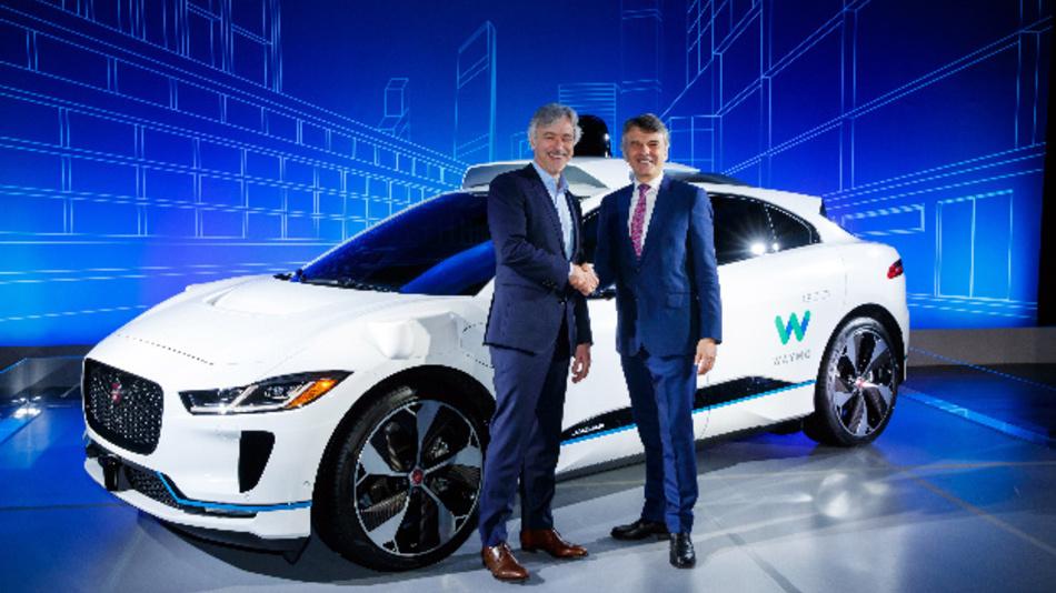 John Krafcik (links), CEO von Waymo, und Prof. Dr. Ralf Speth (rechts), CEO von Jaguar Land Rover, vor dem autonomen Jaguar I-Pace.