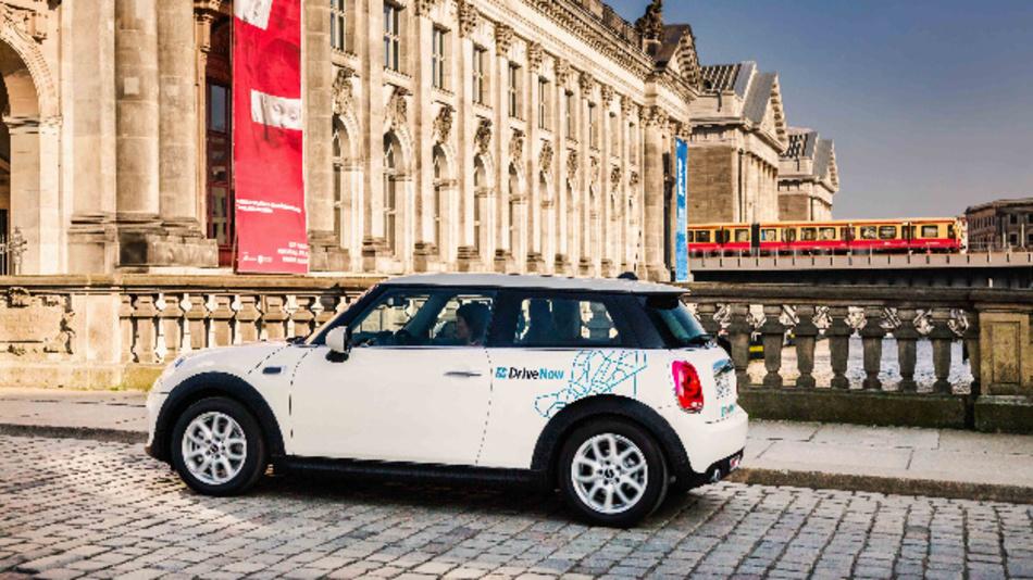 Die BMW Group und die Daimler AG beabsichtigen, ihren Kunden zukünftig ein durchgängiges System an Mobilitätsdiensten anzubieten, das nahtlos vernetzt und auf einen Fingertipp zur Verfügung steht.