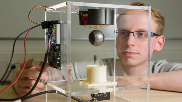Das sensorlosen Verfahren steuert eine Stahlkugel so präzise und geschickt an, dass diese frei auf und ab schwebt.