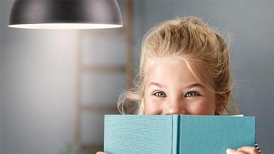 Mädchen unter Philips Beleuchtung