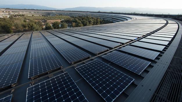 Die Photovoltaik-Module auf dem Dach des Hauptquartiers von Apple in Cupertino. Die PV-Anlage ist zusammen mit Brennstoffzellen und Batteriespeichern in ein Microgrid eingebunden, um das Gebäude vollständig mit erneuerbarer Energie zu versorgen.