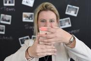 Im Selbstversuch: COO Bieke Van Gorp zeigt, wie die Messung via Smartphone funktioniert.