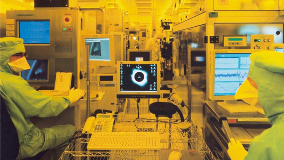 Fotomaskenproduktion im Reinraum des Advanced Mask Technology Center (AMTC) in Dresden.