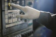 Arbeiter in der Industrie bedient ein Touchpanel.