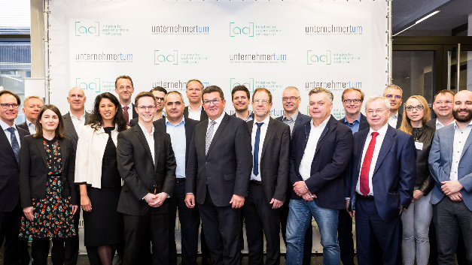 Die Partner von appliedAI (v.l.n.r.: Jörg Migende (BayWa), Carl McQuillan (Pure Storage), Gemma Garriga (Allianz), Christoph Steiger (Hoffmann Group), Deepa Gautam-Nigge (SAP), Norbert Lütke-Entrup (Siemens), Dr. Andreas Liebl (appliedAI), Dirk Pfitzer (Porsche Consulting), Aksoy Grüner (Pure Storage), Dirk Ramhorst (Wacker), Franz Josef Pschierer (Bayerischer Staatsminister für Wirtschaft, Energie und Technologie), Philipp Karmires (Linde Group), Dr. Reinhard Ploss (Infineon), Wieland Holfelder (Google), Jaap Zuiderveld (NVIDIA), Stefan Läufer (GC Gruppe), Dr. Torsten Jeworrek (Munich RE), Michael Tagscherer (Giesecke+Devrient), Anke Tomkievicz (microstaxx), Dr. Holger Wittges (ZD.B), Alexander Waldmann (appliedAI)
