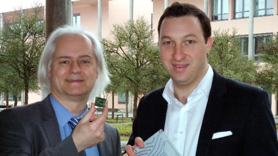 Professor Dr. Robert Bösnecker (links) und Maximilian Fenzl nehmen die Sigfox Basisstation an der Technischen Hochschule Deggendorf in Betrieb