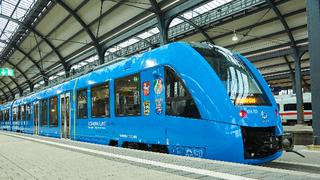 Im Coradia iLint arbeiten neben den Brennstoffzellen auch Batterien, um die an Bord erzeugte elektrische Energie zwischenspeichern und Bremsenergie rückgewinnen zu können. Mit einer Tankfüllung Wasserstoff kann der iLint bis zu 1.000 km zurücklegen.