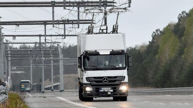 Seit 2011 testet Siemens auf einer Strecke von zwei Kilometern in Groß Dölln (Uckermark) Lastwagen, die mit Strom aus einer Oberleitung versorgt werden.
