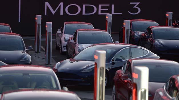Erste Wagen des ersten günstigeren Tesla-Fahrzeugs Model 3 stehen auf dem Fabrikgelände von Tesla. Obwohl der Hersteller bereits weit hinter dem eigenen Zeitplan liegt, werden bei dem Tesla nach einem Medienbericht für vier bis fünf Tage keine Model 3 vom Band rollen.